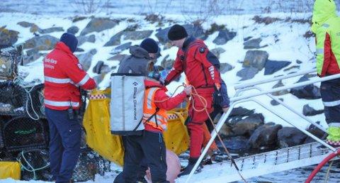 FUNNET: En person ble ved 18.00-tiden, mandag kveld, tatt opp av vannet ved bryggene i Stoa, rett ved fiskemottaket i Langesund. (Foto: Lars Løkkebø)