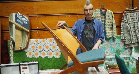 STOR AFFEKSJONSVERDI: Utstiller Jon Arne Pedersen viser frem den sjeldne stolen fra 1955, som han helst ikke vil selge. (Foto: Ingrid Emilie Bakker)