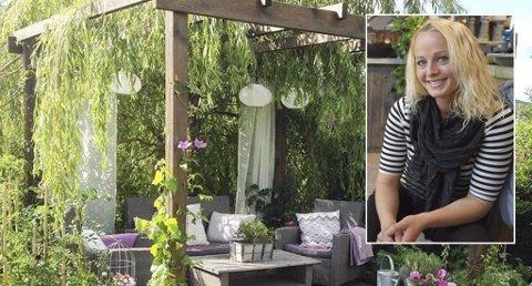 Hjemme i hagen på Tveiten har Silje Brokke laget alle hagemøblene selv. Her ser vi en sittegruppe der hengepila fungerer som tak.