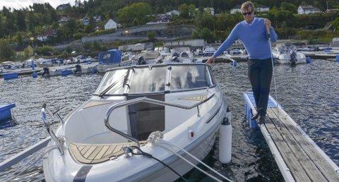 Elsker skjærgården: Lars Westgaard vil gjerne ta mange turer i skjærgården om sommeren, Men han kan ikke kjøre båten selv. (Foto: Jon Fivelstad)
