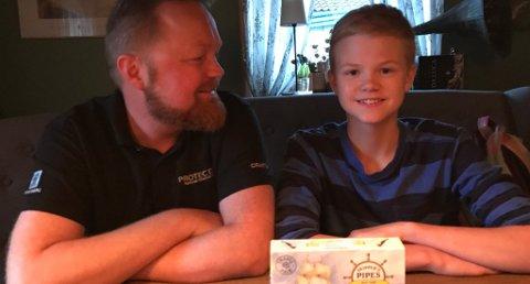 RAMMET AV «DUSTEFORBUD»: Robin Brakas Arnesen (15) (t. h.) skulle kjøpe med lakrispiper til faren, Raymond Arnesen (t. v.), men siden Robin ikke har fylt 18 år, fikk han ikke lov til å kjøpe godteriet som ligner på et tobakksprodukt. Foto: Privat