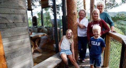 Ingjerd Lid (83), Bente Lid Strøm (60), Jenny Kristine Stokkan (15), Ida Sofie Lind Kjenn (8)og Martin Stokkan (7) ser frem til en spennende overnatting i trehyttene i Gjerstad i Aust-Agder. Åse Kristine Mæsel Trydal og mannen Jens Trydal triver utleie av hytter oppe i trærne. Hyttene har både strøm og vann og den mest lukuriøse har også dusj og wc. Foto: NTB Tema