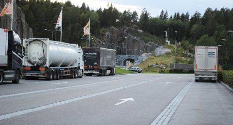 AVSLØRT: De to brødrene på 34 og 39 år ble stanset på Vassbotn rasteplass langs E18 mellom Vestfold og Telemark. (Kjøretøyene på bildet har ingenting med beslaget å gjøre.)