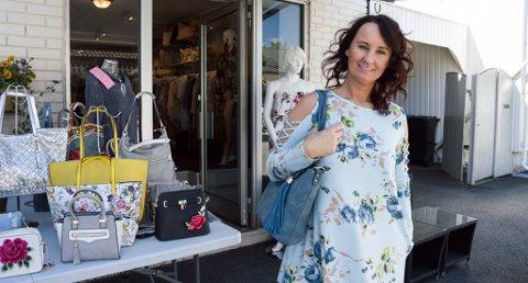 Fortsetter hele året: Linda Bratsberg holder veskebutikken i Stavern åpen nå også resten av året Foto: Elisabeth Løsnæs