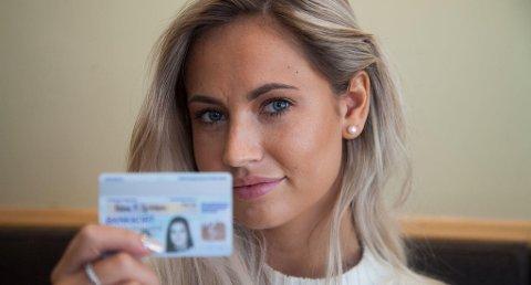Med et sperret bankkort, med et bilde som ikke ligner på henne, fikk hun ta ut 17.000 kroner.