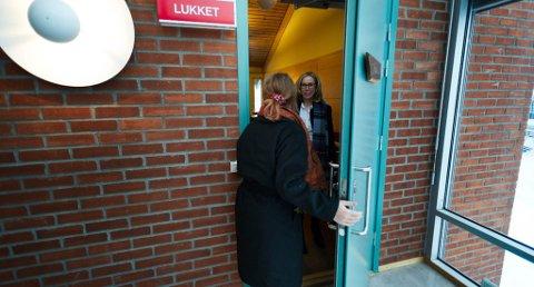 17-åringen fulgte rettssaken i tingretten første dag. Her møter hun aktor, statsadvokat Marit Formo. Foto: Tore Sandberg