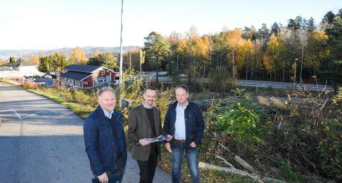 SALGSSTART: Megler Bjørn Johnson, Lars Christensen fra PBBL og Arve Haugseter i eiendomsselskapet XT Eiendom.