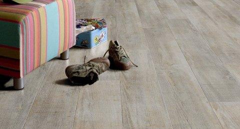 Klikk-vinyl av typen Rigid Core-LVT er et hardt og kompakt gulv som ligger stabilt på gulvet. Det kan legges direkte på betong uten bruk av separat fuktsperre. Foto: Gerflor/ANB