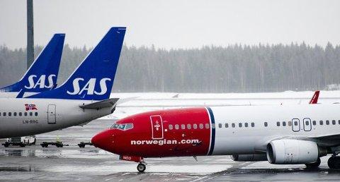 LØNNSOMME BILLIGBILLETTER: Reisende som ikke får brukt en bestilt lavprisbillett, kan være ekstra god butikk for SAS og Norwegian. Foto: Jon Olav Nesvold (NTB scanpix)