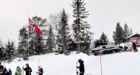 Flagget var heist på halv stang på Gautablikk skisenter, tirsdag formiddag. En ansatt omkom da snøscooteren han kjørte traff en wire under arbeid. Foto: Bjørn W. Johansen.