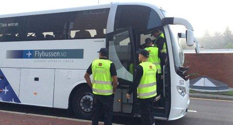 Vegvesenets kontrollører sjekker beltebruken i en buss  under en av de tidligere kontrollene.