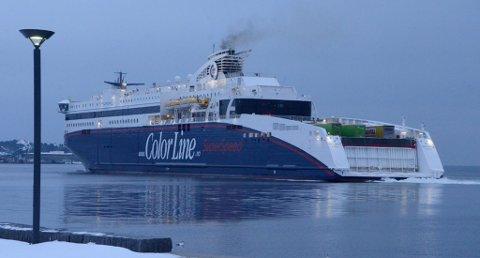 Nær land: Superspeed 2 rett utenfor Fritzaøe Brygge tirsdag Foto: Bjørn-Tore Sandbrekkene