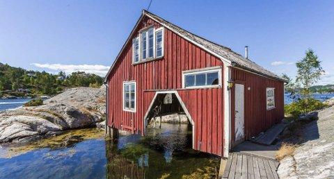 Pristopp: Båthuset i Skiensund ble lagt ut for salg med prisantydning 2,9 millioner. Nå er det klart at salgssummen ble nesten to millioner mer enn prisantydningen. Foto: Krogsveen