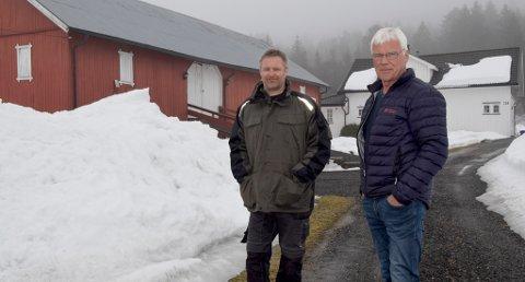 FORTVILER: Naboene Terje Fiskarbekk Sigurdsen og Arne Deila er oppgitt over at Telenor kuttet telefon- og internettforbindelsen. Naboene som bor 800 meter unna, derimot er ikke berørt.