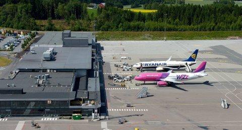 EVAKUERT: Etter funn av en mistenkelig gjenstand i sikkerhetskontrollen valgte flyplassledelsen å evakuere Torp lufthavn mandag morgen. Foto: Olaf Akselsen
