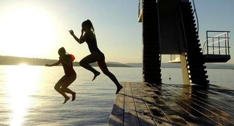 FINVÆRET FORTSETTER: Mange har benyttet sjansen til å hoppe i havet under varmebølgen den siste uken. Og finværet vil bare fortsette, lover meteorologene. Foto: Cornelius Poppe (NTB scanpix)