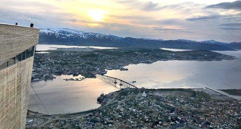Fra Fjellheisen i Tromsø kan man nyte majestetisk utsikt over Tromsø, kvaløya og fjellene som omkraanser byen. Fra 1. juni går heisen opp og ned fra hfjellet helt til kl. 01.00 på natta. Foto: Stian Saur