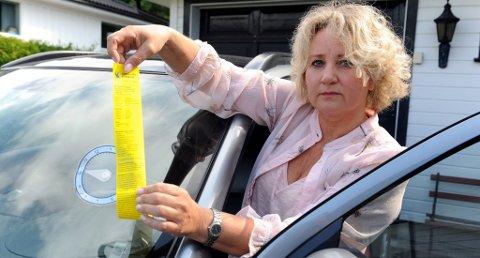 FIKK BOT: Ingjerd Hegdahl Nerlie (53) risikerer å bli 600.- kroner fattigere etter at parkeringsskiven i plast smeltet og viseren seg ned til feil tidspunkt. Foto: Per Langevei