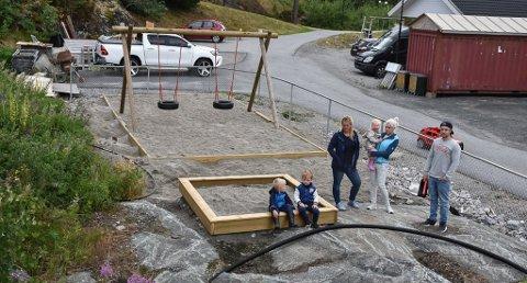 Mariell Kristoffersen, Silje Charlotte Velta og Michael Omre foran den tilsynelatende ferdige leikeplassen. Foto: Trond Kaasa