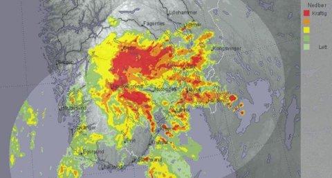 MER AV DETTE: På værradaren på yr.no kan du se hvor det er nedbør akkurat nå. Dette skjermbildet viser situasjonen klokka 10.15 onsdag. Rødt felt er kraftig nedbør. Foto: Faksimile (Meteorologisk institutt)