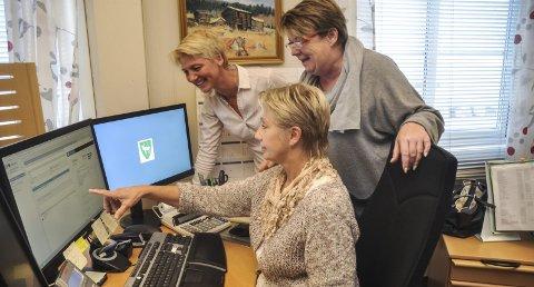 Først: De er aller først i Norge med disse digitale løsningene. På bildet fra venstre prosjektleder Anne Rygaard i Kongsbergregionen, Ingrid Sletta Olsen ved Servicekontoret og prosjektleder Anne Bamle i Hjartdal kommune.
