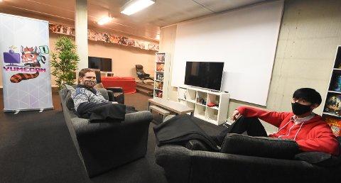 GAMINGKAFÉ: Yumecon er på plass i nye lokaler i Storgata 64. Odd Arne Lia og Roger Valen Bergland gleder seg til å kunne åpne dørene for ungdom og andre som er glad i gaming, brettspill, e-sport, kortspill og rollespill. Men først må smittesituasjonen under kontroll.