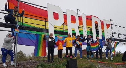 Denne gjengen reagerte sterkt på at Pride-bokstavene på Bjønnahaugen ble revet ned. Da marsjerte de opp og hengte opp regnbueflagget som en motreaksjon. Are Veraas (oppe f.v.), Anna Holden Jacobsen, Lisbeth Bergheim (nede f.v.), Pernille Blakstad, Lille Andersen, ordfører Kjell Neergaard, May-Britt Nedrelid og Hannah Sofie Nordhagen.