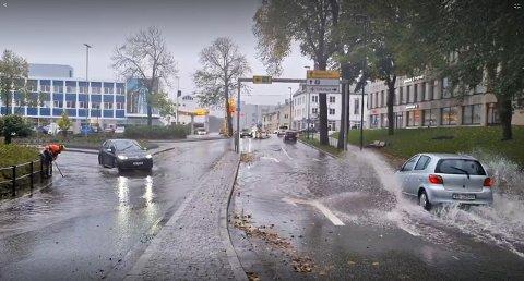 Det var ikke så lett å komme seg fram overalt i Kristiansund på torsdag. Bildet er tatt i Langveien tidlig på ettermiddagen, og det skulle bli verre i timene som fulgte.