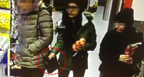 På videoopptaket fra Rema 1000 i Sannidal kan man tydelig se at kvinnen tar hånden i en annen kvinnes veske. FOTO: POLITIET