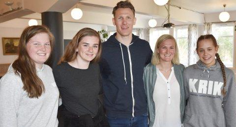 Inspirasjon: Andrea Lindtveit (fra venstre), Live Sines, ØIF-spiller Sondre Paulsen, skiskytter Marte Olsbu og Malen Bjelkåse etter foredraget. Foto: Anne Dehli