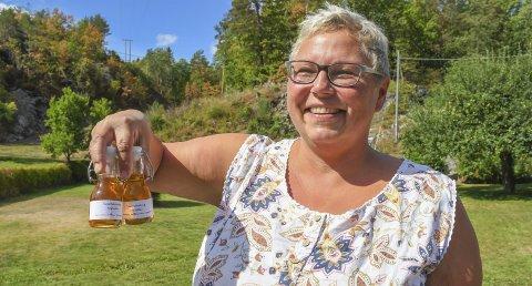 Løvetannsirup: Nina Hauglid Knutsen lager blant annet sirup av løvetannblomster. Sirupen smaker godt til både iskrem, spekemat og oster.Foto: Mette Urdahl