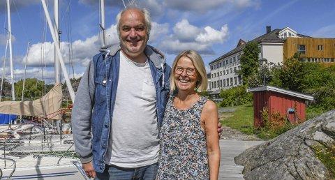 Gleder seg: Rektor Per Kristiansen og internatleder Inger Ekedal har stor sans for en bøling med 19-åringer som skaper liv og røre rundt seg. - Det er derfor Inger og jeg ser ut som vi gjør; vi er begge 75 år, skoggerler rektoren. Det er ingenting å si på stemningen på folkehøyskolen!