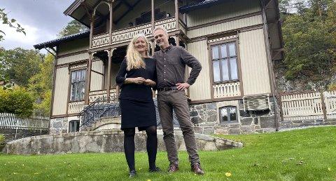 Carsten Bleness og Ellen Fauske: Torsdag fikk de overrakt nøklene og kunne tilbringe sin første natt i det de beskriver som «et magisk hus». Foto: Olav Loftesnes