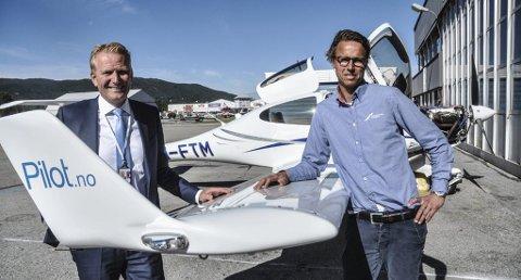 ÅPNER NY AVDELING: Frode Granlund (til venstre) og Runar Vassbotten eier Pilot Flyskole på Torp. Nå åpner de også egen avdeling på Notodden.