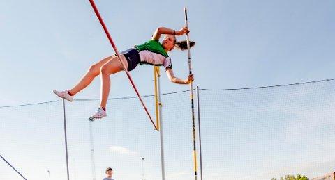 HØYT OPPE: Mari Kvarberg Henriksen (15) er høyt over og setter ny personlig rekord med 2,75 i stavhopp.