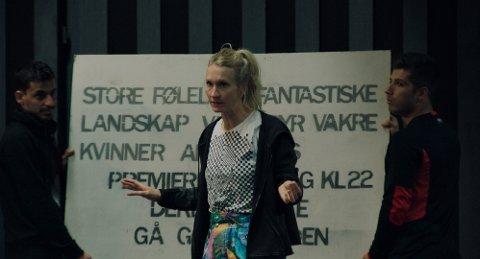 """NY FILM: Birgitte Larsen fra Feda har en av hovedrollene i den nye filmen """"Gritt"""". Søndag var det førpremiere i Kvinesdal kino, og skuespilleren var på plass sammen med det som var tillatt å ha i kinosalen. Gritt, som en gang het Gry-Jeanette, dro rett fra dramaskole til Hollywood, men møtte raskt veggen og endret kurs. 17 omflakkende år senere er hun tilbake i Oslo."""
