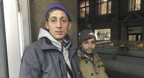 Må sove ute: Brødrene Zacharia Ion (29) og Dinu Vasili (22) lever av å pante flasker. Sprengt kapasitet på Kirkens Bymisjons akuttovernatting gjør at de to må sove på gaten i Bergen.FOTO: Linda Nilsen