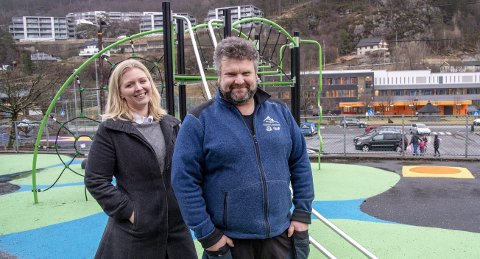 Rektor Reidunn Waag og FAU-leder Øyvind Boge Nilsen ved Kjøkkelvik skole i Laksevåg har fått oppgradert uteområdene til skolen for 2,28 millioner kroner de siste fire årene.