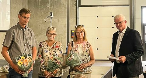 LANG TJENESTE: Erik Bjøre, Anne Dalen og Wenche Kristin Stølevik fikk gullklokka for 25 år i Krødsherad kommune overrakt av ordfører Knut Martin Glesne.