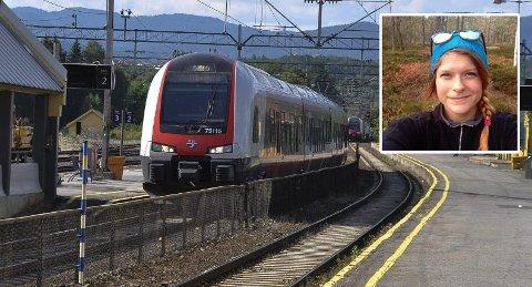 FÅR STØTTE: Emma Moberg tok til motmæle da hun opplevde at en billettkontrollør behandlet en tenåring nedlatende og uhøflig på toget til Hokksund.