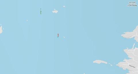 """Det raude skipet er """"Freyja"""" som har gått på grunn. Like bak ser ein redningsskøyra """"Halvdan Grieg"""" markert med lyseblått."""