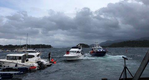 HAVARI: Den havarerte båten er taua inn til land att.