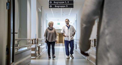Praksis: Virksomhetsleder Lillian Rosten er svært fornøyd med at Abdullah Yov har praksis på Østsiden sykehjem. – Vi må hjelpe til med integreringen, samtidig er det gode hender i det daglige, sier hun.