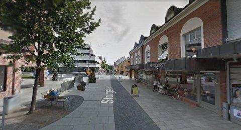 GJØVIK SENTRUM: Lørdag ettermiddag fikk politiet en rekke meldinger om at en naken kvinne gikk rundt i sentrum. Selv fortalte hun at hun ville sjekke om hun fikk oppmerksomhet. (Foto: Google Streetview)