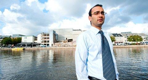 Amir Mirmotahari var kjent som en suksessfull advokat og eiendomsprins i Fredrikstad. Nå risikerer han mange års fengsel for en rekke alvorlige forhold. Her fra rivingen av familiens bygg på bryggepromenaden i Fredrikstad.
