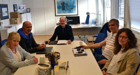 ENIGHET: Det var brei enighet i Gratangen formannskap da man behandlet saken om bosetting av personer med særskilte behov. Fra venstre: Svanaug Andersen (avh.), Roger Markussen (Ap), varaordfører Roy Idar Sandberg (GFL), Tom Anderzen (GDL) og Anita Karlsen (Sp).