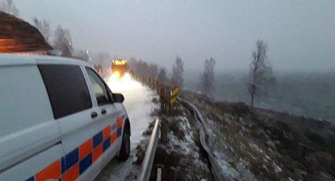 STORE SKADER: Deler av autovernet ble liggende i en skråning nedenfor veien.