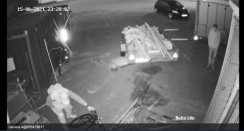 AVSLØRT PÅ KAMERA: Espen Christian Klev ber nå om tips om noen har sett syklene som ble stjålet natt til onsdag.