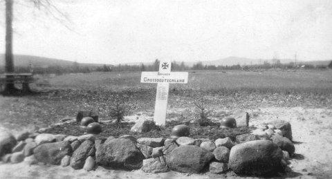 8 AV 11: Tyskerne led tap da de kom til Sander for 75 år siden. Her er graven til åtte av dem. De falt i kamper sør for Sander-brua. Fotograf ukjent. Bilde utlånt av Kongsvinger festnings venner