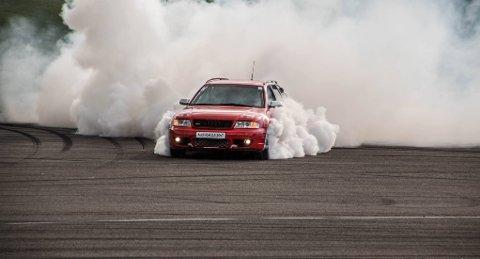 OPPVISNING: Ett av høydepunktene under Motordagen på lørdag, er oppvisningskjøring med skikkelig gromme biler. Her en Audi RS4 i sving under fjorårets arrangement.